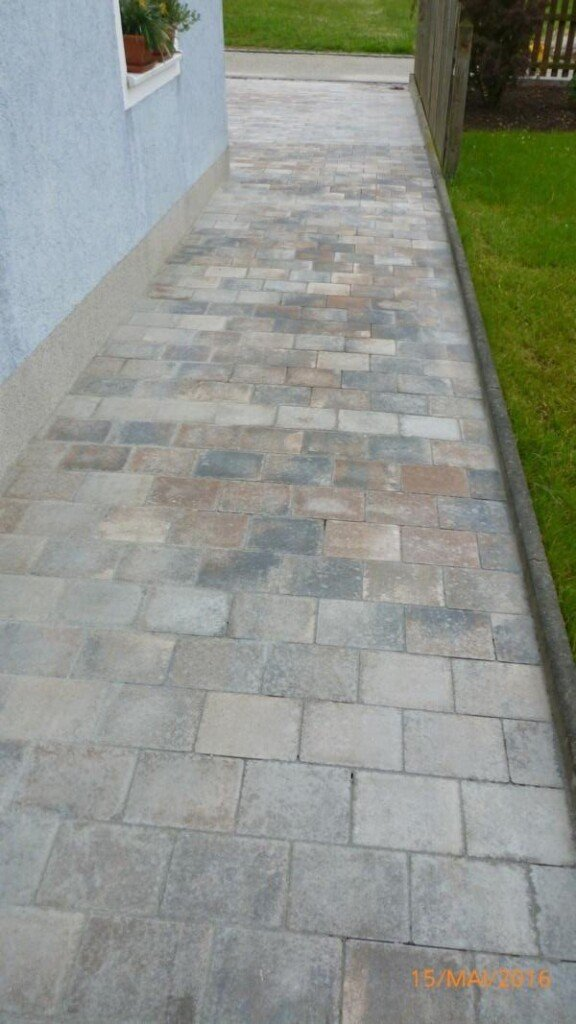 Zementschleier nach zementärer Verfugung auf Steinen