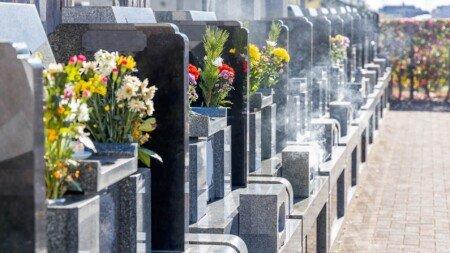gereinigte Grabsteine in einer Reihe